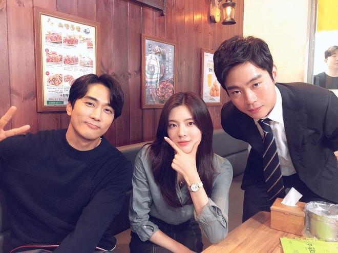 6 nữ idol hoa đã có chủ vẫn đầy bạn khác giới: Hyuna ôm cả bạn và bồ, Hyeri bị ném đá vì thân mật với Park Bo Gum bên bạn trai - Ảnh 18.