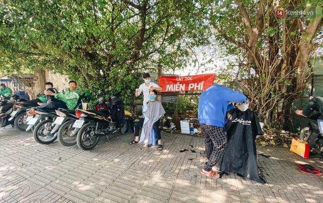 Cuộc sống bình thường mới ở Sài Gòn giữa dịch Covid-19: Tự giác ngồi giãn cách, đeo khẩu trang và sát khuẩn tay - Ảnh 3.
