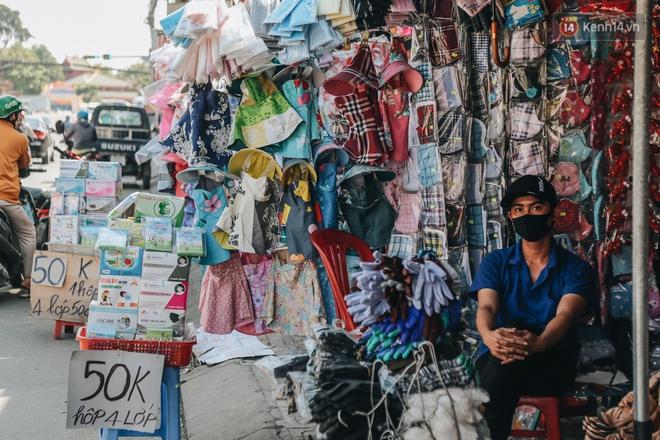 Cuộc sống bình thường mới ở Sài Gòn giữa dịch Covid-19: Tự giác ngồi giãn cách, đeo khẩu trang và sát khuẩn tay - ảnh 2
