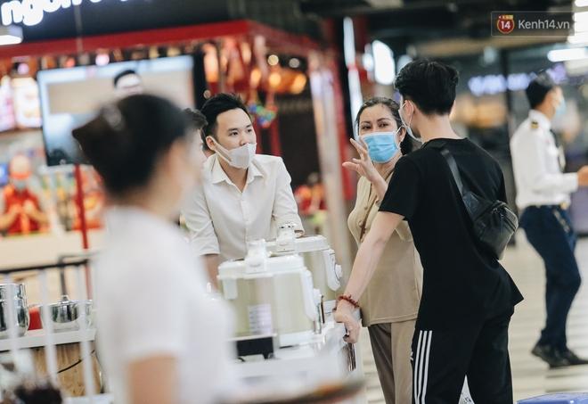 Cuộc sống bình thường mới ở Sài Gòn giữa dịch Covid-19: Tự giác ngồi giãn cách, đeo khẩu trang và sát khuẩn tay - Ảnh 15.