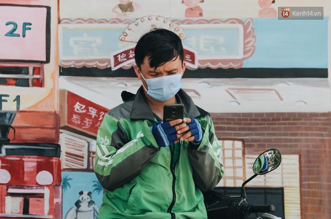 Cuộc sống bình thường mới ở Sài Gòn giữa dịch Covid-19: Tự giác ngồi giãn cách, đeo khẩu trang và sát khuẩn tay - Ảnh 4.