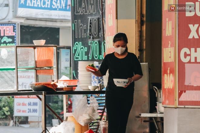 Cuộc sống bình thường mới ở Sài Gòn giữa dịch Covid-19: Tự giác ngồi giãn cách, đeo khẩu trang và sát khuẩn tay - Ảnh 9.