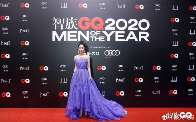Top 1 Weibo gọi tên Đàm Tùng Vận vì chiếc váy đặc biệt, lúi húi quyết khoe bằng được khi tạo dáng trước thảm đỏ - ảnh 5