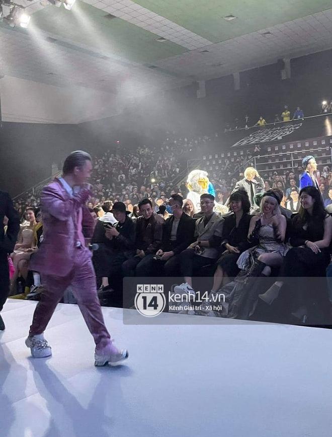 Bad boy ngọt ngào chính là Binz: mặc suit đặc chất Millennial Pink, chân đi mỗi bên một mẫu sneaker hot, rõ là nhắm gặp Châu nên mới bảnh vậy á! - ảnh 6