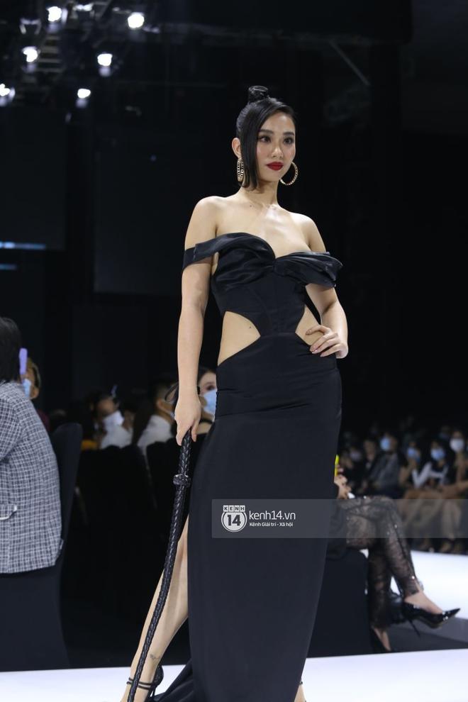 Sự cố trên runway: Mẫu nữ bị lộ ngực vì váy xẻ sâu quá hớ hênh tại Tuần lễ thời trang Việt Nam - ảnh 5