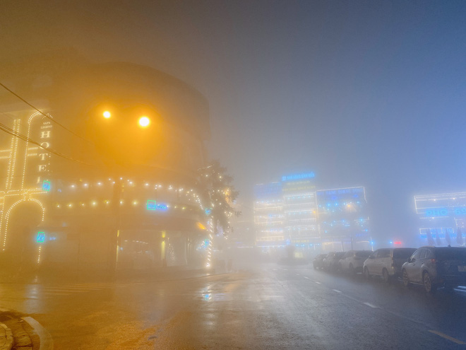 Ảnh, clip: Nhiệt độ giảm mạnh chỉ còn 8 độ C, thị trấn Sa Pa chìm trong sương mù, rét buốt - ảnh 9