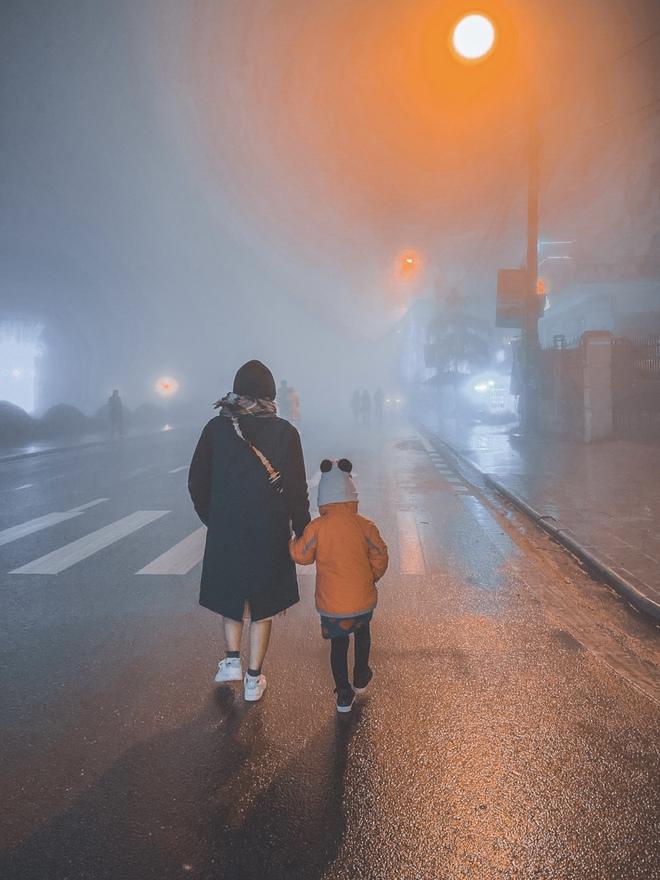 Ảnh, clip: Nhiệt độ giảm mạnh chỉ còn 8 độ C, thị trấn Sa Pa chìm trong sương mù, rét buốt - ảnh 16