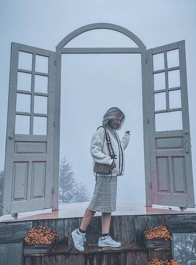 Ảnh, clip: Nhiệt độ giảm mạnh chỉ còn 8 độ C, thị trấn Sa Pa chìm trong sương mù, rét buốt - ảnh 14