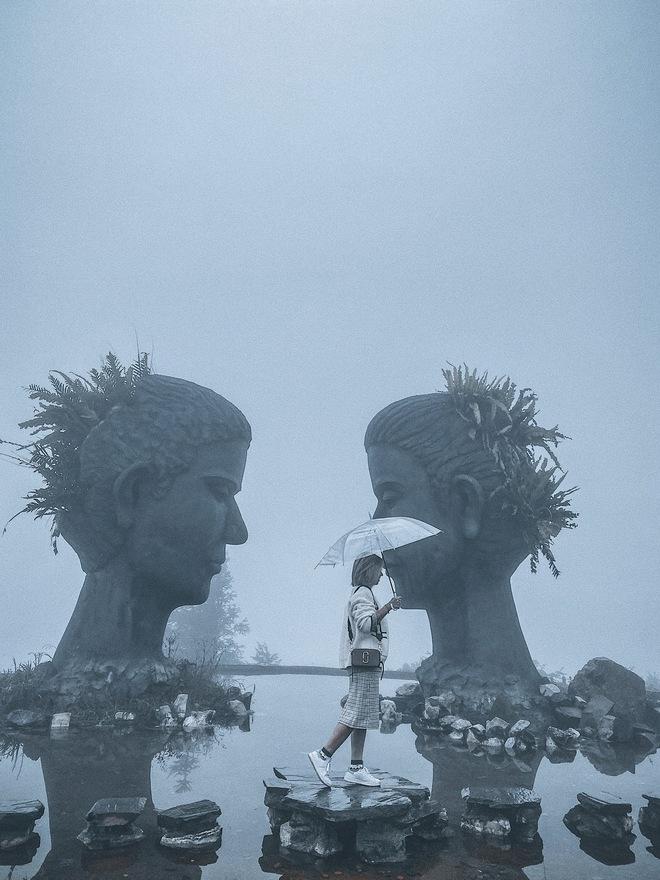 Ảnh, clip: Nhiệt độ giảm mạnh chỉ còn 8 độ C, thị trấn Sa Pa chìm trong sương mù, rét buốt - ảnh 7