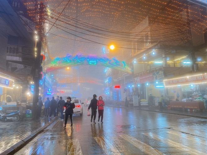 Ảnh, clip: Nhiệt độ giảm mạnh chỉ còn 8 độ C, thị trấn Sa Pa chìm trong sương mù, rét buốt - ảnh 10