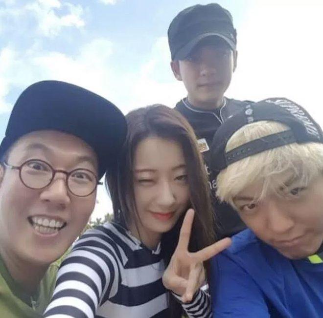 6 nữ idol hoa đã có chủ vẫn đầy bạn khác giới: Hyuna ôm cả bạn và bồ, Hyeri bị ném đá vì thân mật với Park Bo Gum bên bạn trai - Ảnh 20.
