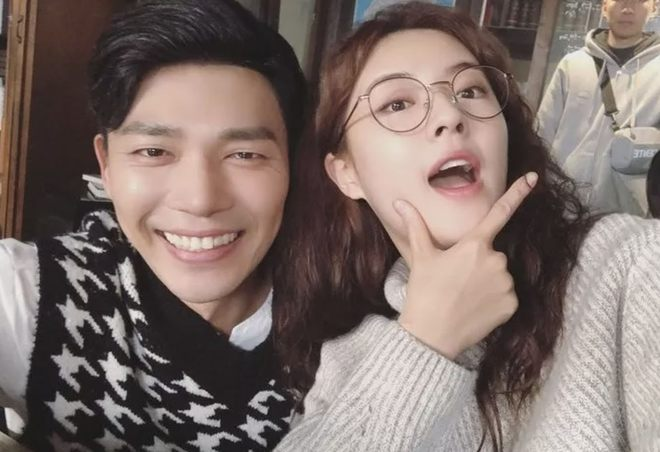 6 nữ idol hoa đã có chủ vẫn đầy bạn khác giới: Hyuna ôm cả bạn và bồ, Hyeri bị ném đá vì thân mật với Park Bo Gum bên bạn trai - Ảnh 17.
