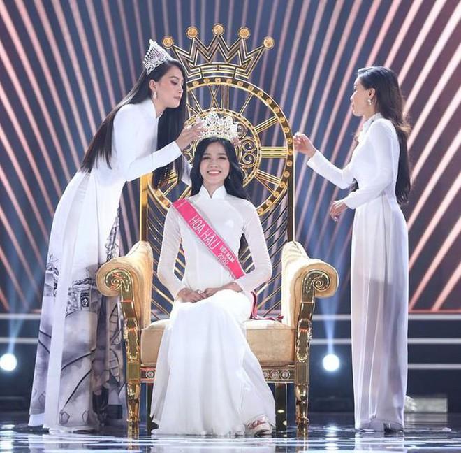 Thời khắc Đỗ Thị Hà đăng quang Hoa hậu, Tiểu Vy đã ghé sát tai đàn em để nói 1 một câu và đến giờ mới được hé lộ - ảnh 2