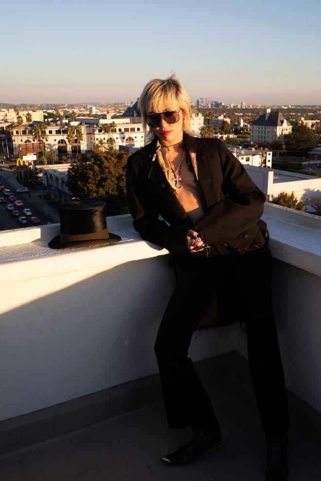 Miley Cyrus gây ra cơn địa chấn với bộ ảnh tạp chí phản cảm đến đỉnh điểm, choáng nặng khi xem đến hình khoe 100% vòng 1 - ảnh 4