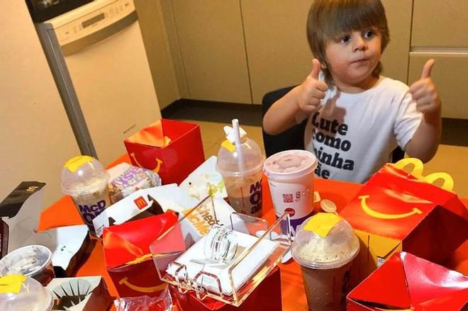 """Cậu bé 4 tuổi lén lấy điện thoại mẹ order 2 triệu tiền thức ăn nhanh, khi bị phát hiện liền có biểu cảm """"chất như nước cất"""" - Ảnh 2."""