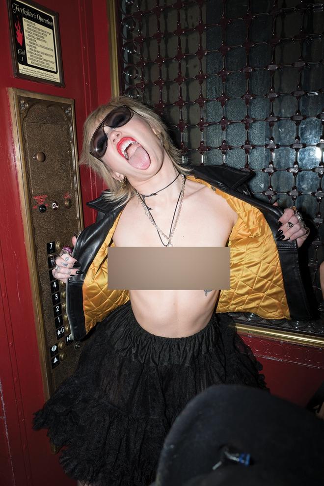 Miley Cyrus gây ra cơn địa chấn với bộ ảnh tạp chí phản cảm đến đỉnh điểm, choáng nặng khi xem đến hình khoe 100% vòng 1 - ảnh 1