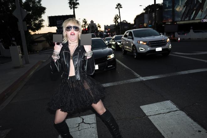 Miley Cyrus gây ra cơn địa chấn với bộ ảnh tạp chí phản cảm đến đỉnh điểm, choáng nặng khi xem đến hình khoe 100% vòng 1 - ảnh 3