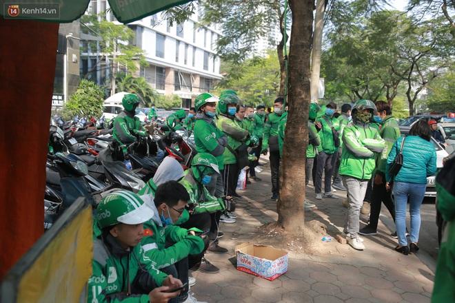 Hà Nội: Hàng trăm tài xế tắt app, tập trung phản đối Grab tăng giá cước - Ảnh 2.
