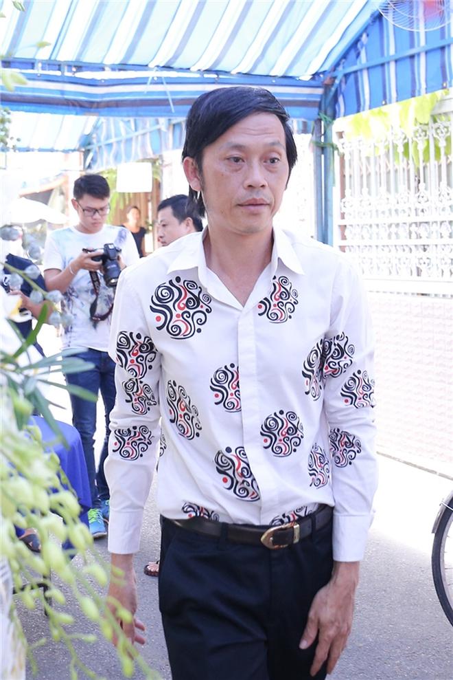 Cập nhật: Nghệ sĩ Chí Tài được đưa về nhà Tang lễ, vợ chồng Trấn Thành và nhiều nghệ sĩ rơi nước mắt vì quá xót thương! - Ảnh 12.