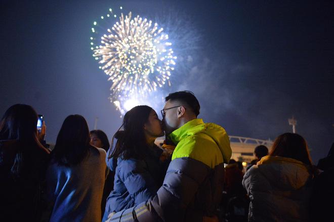 Pháo hoa đã rực sáng bầu trời cả nước, chúc mừng năm mới 2021 - Ảnh 3.