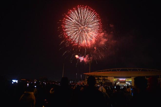 Pháo hoa đã rực sáng bầu trời cả nước, chúc mừng năm mới 2021 - Ảnh 5.
