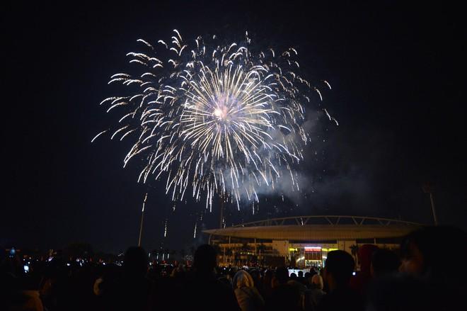 Pháo hoa đã rực sáng bầu trời cả nước, chúc mừng năm mới 2021 - Ảnh 6.