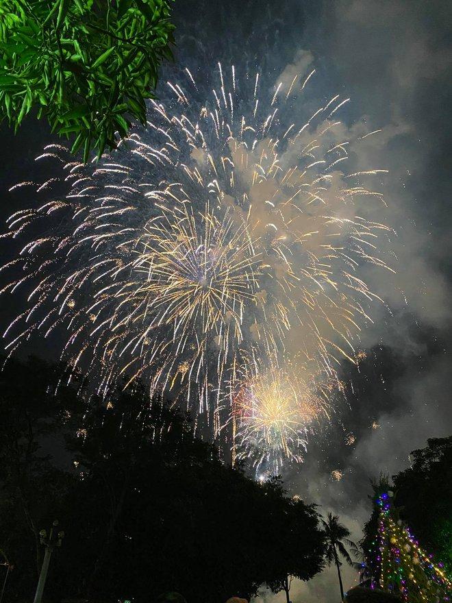 Pháo hoa đã rực sáng bầu trời cả nước, chúc mừng năm mới 2021 - Ảnh 10.