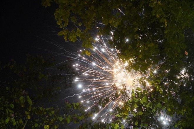 Pháo hoa đã rực sáng bầu trời cả nước, chúc mừng năm mới 2021 - Ảnh 1.