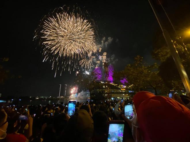 Pháo hoa đã rực sáng bầu trời cả nước, chúc mừng năm mới 2021 - Ảnh 8.