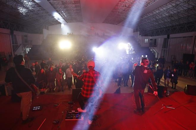 Sinh viên Kiến trúc cháy cùng rock Hà Nội giữa trời băng giá - Ảnh 3.