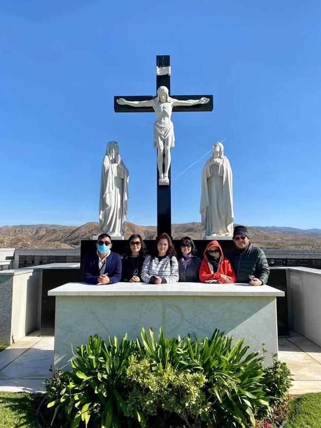 Giữa ồn ào với chồng Thu Phương, Hoài Tâm và ca sĩ Phương Loan đến viếng mộ sau 1 tháng NS Chí Tài an nghỉ - Ảnh 3.