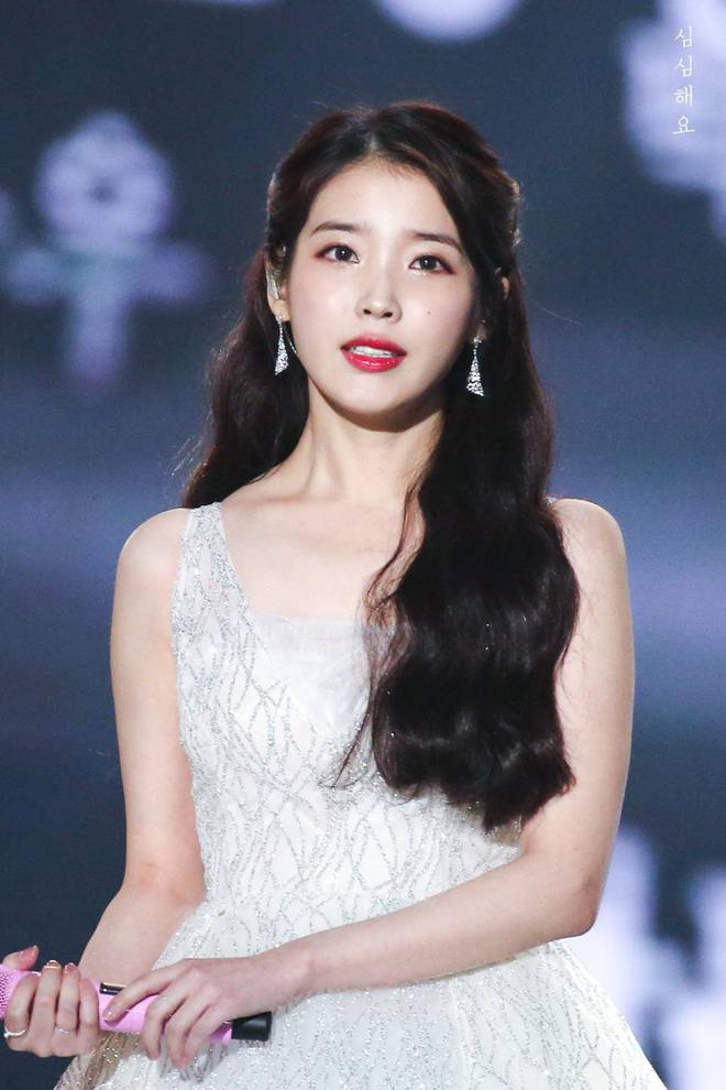 IU - cô gái sinh ra là để khoác những chiếc đầm công chúa lộng lẫy, khí chất bao năm không hề suy giảm - Mix & Phối 2