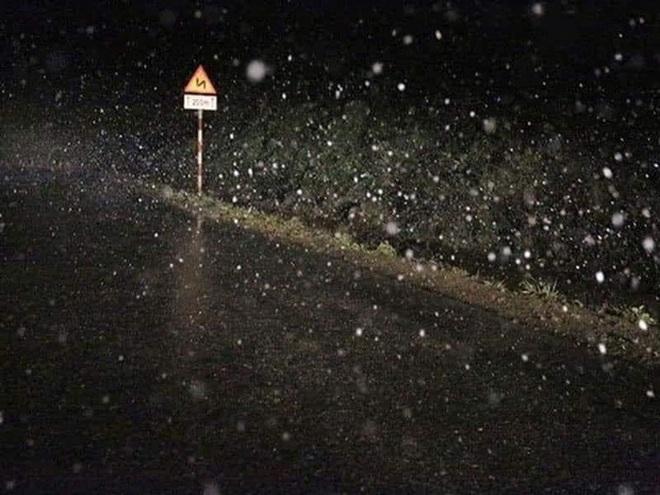 Du khách share loạt ảnh và clip Sa Pa có tuyết rơi, từ sáng sớm nay đã trắng trời - Ảnh 1.