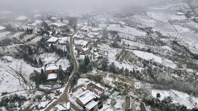 Tuyết rơi trắng xóa vùng núi phía Bắc, 132 trường học ở Lai Châu cho học sinh nghỉ học - Ảnh 1.