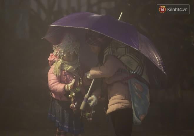 Chùm ảnh: Trẻ em ở Sa Pa bị đẩy ra đường bán hàng cho du khách dưới thời tiết 0 độ C - Ảnh 8.