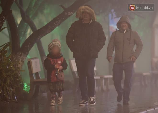 Chùm ảnh: Trẻ em ở Sa Pa bị đẩy ra đường bán hàng cho du khách dưới thời tiết 0 độ C - Ảnh 10.