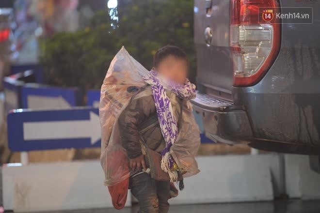 Chùm ảnh: Trẻ em ở Sa Pa bị đẩy ra đường bán hàng cho du khách dưới thời tiết 0 độ C - Ảnh 1.