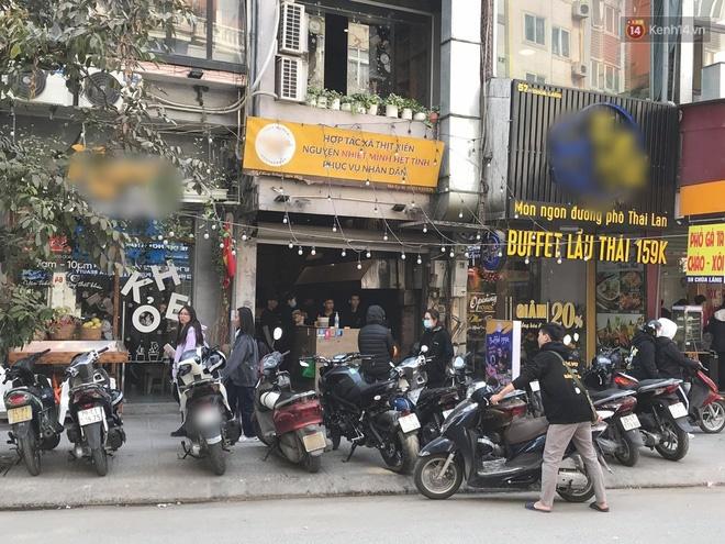 Vụ chủ quán thịt nướng n.ổi tiếng Chùa Láng ch.ửi bới shipper: Cửa hàng tạm đóng cửa trên ứng dụng giao đồ, khách hàng vẫn tấp nập đến ăn trực tiếp - Ảnh 3.