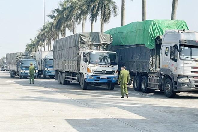 Bắt giữ đoàn 14 xe tải chở 300 tấn hàng tiêu dùng lậu từ Quảng Ninh về Hà Nội - ảnh 1