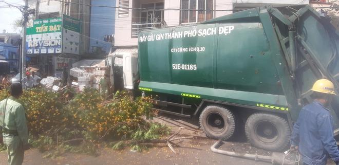 """TP.HCM: Xe rác mất lái, tài xế gào thét """"mọi người tránh ra"""" rồi tông gãy cây xanh mới dừng lại - ảnh 2"""