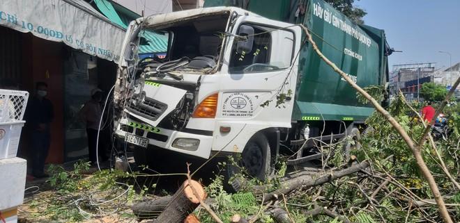 """TP.HCM: Xe rác mất lái, tài xế gào thét """"mọi người tránh ra"""" rồi tông gãy cây xanh mới dừng lại - ảnh 3"""