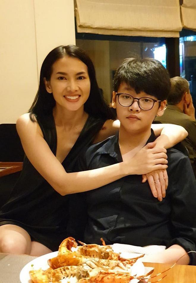 """Con trai nữ chính Tuyết Nhiệt Đới mới 14 tuổi đã cao 1m80, đứng cạnh mẹ """"sừng sững"""" như nam thần! - ảnh 2"""