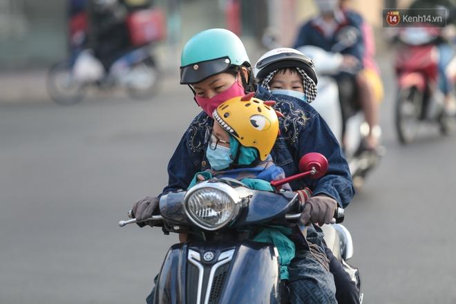 Ảnh: Nhiệt độ giảm còn 19 độ C, người Sài Gòn mặc áo ấm và quàng khăn nhưng vẫn co ro vì lạnh - Ảnh 9.