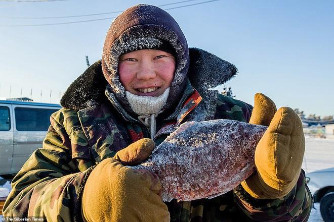 Cụ ông vô tư ngâm mình dưới làn nước đóng băng và những chuyện không tưởng chỉ có ở nơi lạnh giá nhiệt độ xuống thấp đến -45 độ C - Ảnh 12.