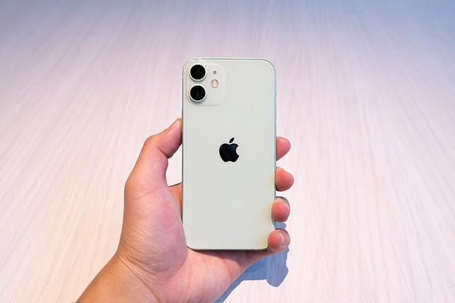 """iPhone 12 mini bị người dùng """"lạnh nhạt"""" vì """"đuối sức"""" trước iPhone cũ giá  tốt"""