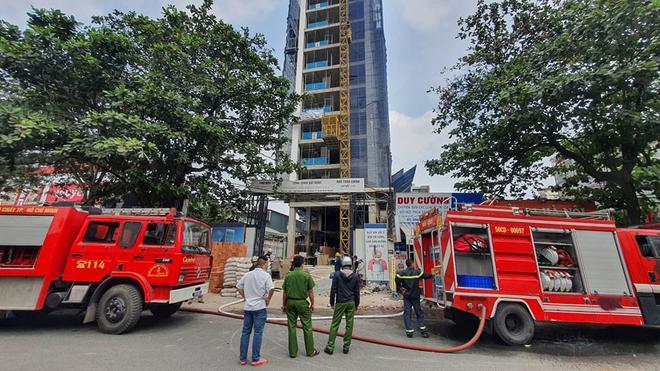 TP.HCM: Cháy công trình xây dựng toà nhà cao tầng, 3 người bị mắc kẹt kêu cứu - ảnh 1