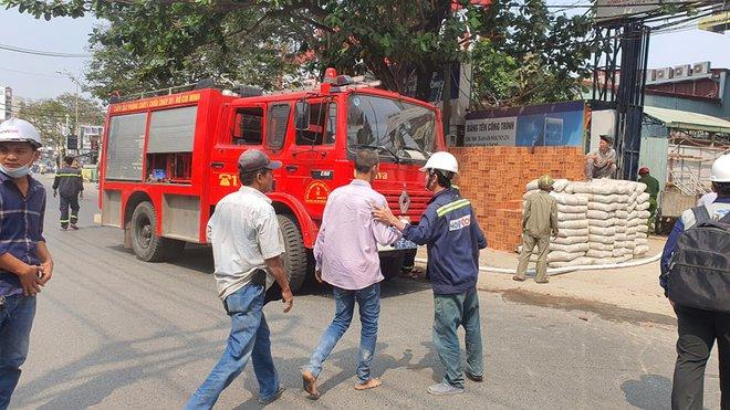 TP.HCM: Cháy công trình xây dựng toà nhà cao tầng, 3 người bị mắc kẹt kêu cứu - ảnh 3