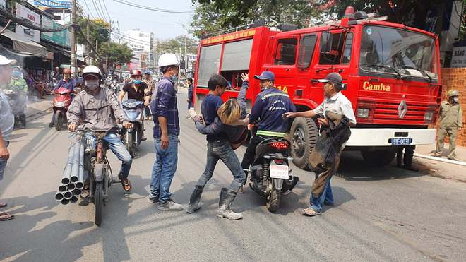 TP.HCM: Cháy công trình xây dựng toà nhà cao tầng, 3 người bị mắc kẹt kêu cứu - ảnh 2
