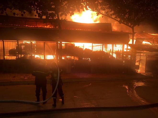 TP.HCM: Xưởng gỗ cháy rực sáng cả bầu trời, nhiều người ôm tài sản tháo chạy - ảnh 7