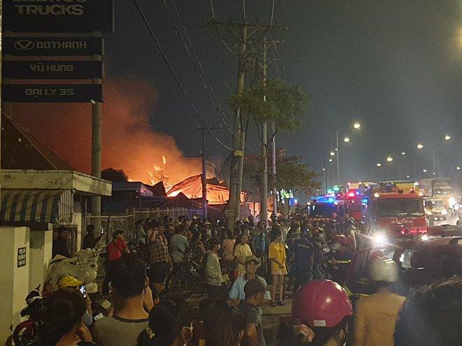 TP.HCM: Xưởng gỗ cháy rực sáng cả bầu trời, nhiều người ôm tài sản tháo chạy - ảnh 3